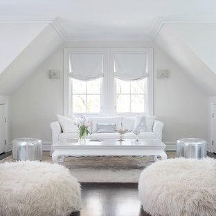 Свежая идея для дизайна: гостиная комната в стиле современная классика с белыми стенами - отличное фото интерьера