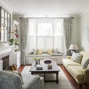 Mittelgroßes, Abgetrenntes, Fernseherloses Klassisches Wohnzimmer mit Kamin, Kaminumrandung aus Backstein, grüner Wandfarbe und braunem Holzboden in London