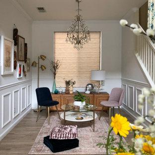 Mittelgroßes, Repräsentatives, Fernseherloses, Offenes Klassisches Wohnzimmer mit weißer Wandfarbe, braunem Holzboden, beigem Boden und vertäfelten Wänden in San Diego