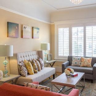Immagine di un soggiorno tradizionale con parquet chiaro e pareti gialle
