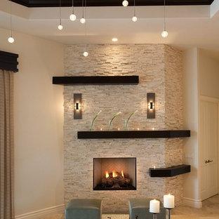 Ispirazione per un soggiorno classico di medie dimensioni e aperto con pareti beige, camino classico, pavimento in pietra calcarea e cornice del camino in pietra