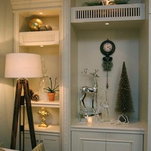 Idee per un soggiorno chic di medie dimensioni e aperto con pareti blu, parquet chiaro, parete attrezzata, libreria e pavimento beige
