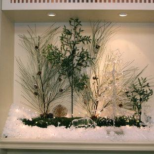 Ispirazione per un piccolo soggiorno chic chiuso con pareti bianche, parquet chiaro, nessun camino, parete attrezzata e pavimento beige
