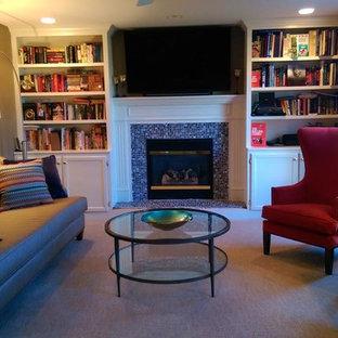 Foto de salón para visitas cerrado, tradicional renovado, de tamaño medio, con paredes marrones, moqueta, chimenea tradicional, marco de chimenea de baldosas y/o azulejos, pared multimedia y suelo beige
