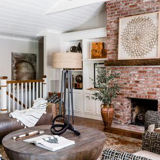 Großes, Repräsentatives, Fernseherloses, Offenes Klassisches Wohnzimmer mit weißer Wandfarbe, braunem Holzboden, Kamin, Kaminumrandung aus Backstein, braunem Boden und gewölbter Decke in Sacramento