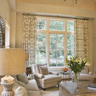 Mittelgroßes, Offenes Klassisches Wohnzimmer mit beiger Wandfarbe, braunem Holzboden, Kamin, Kaminsims aus Stein und braunem Boden in Atlanta
