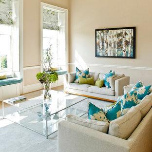 Foto de salón cerrado, tradicional renovado, de tamaño medio, con paredes beige y suelo de madera en tonos medios