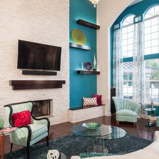 Idee per un grande soggiorno tradizionale aperto con sala formale, pareti blu, parquet scuro, camino classico, cornice del camino in pietra e TV a parete