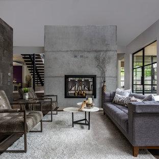 Idee per un soggiorno contemporaneo aperto con pareti grigie, parquet scuro, camino bifacciale, cornice del camino in cemento e pavimento marrone