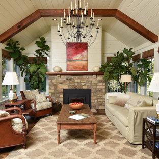 Diseño de salón para visitas clásico con suelo de madera oscura, chimenea tradicional, suelo marrón y paredes beige