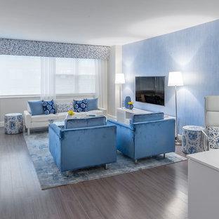 Ispirazione per un soggiorno moderno di medie dimensioni e stile loft con sala formale, pareti bianche, parquet chiaro, nessun camino, TV a parete e pavimento grigio