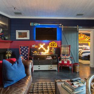 Idee per un grande soggiorno stile marinaro aperto con angolo bar, pareti multicolore, pavimento in legno verniciato, camino ad angolo, cornice del camino in legno, TV a parete e pavimento nero