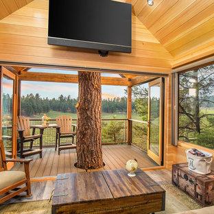 Ispirazione per un soggiorno rustico con pareti marroni, pavimento in legno massello medio e pavimento marrone