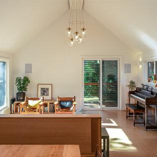 Foto di un piccolo soggiorno minimalista aperto con pareti bianche, pavimento in sughero, nessun camino, nessuna TV e pavimento marrone