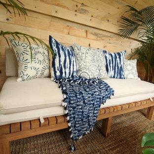 Kleines, Fernseherloses, Abgetrenntes Kolonialstil Wohnzimmer ohne Kamin mit beiger Wandfarbe, braunem Holzboden und braunem Boden in Hawaii