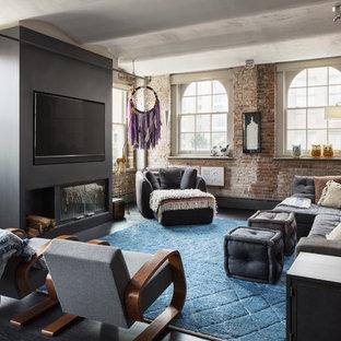 Exempel på ett industriellt vardagsrum, med grå väggar, mörkt trägolv, en standard öppen spis, en väggmonterad TV och svart golv