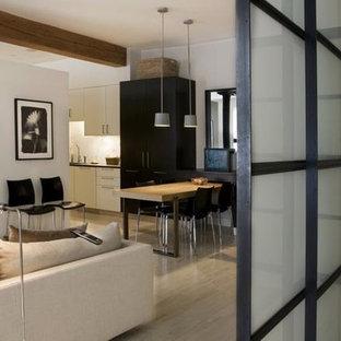 Ispirazione per un piccolo soggiorno moderno aperto con libreria, pareti bianche, parquet chiaro e nessun camino