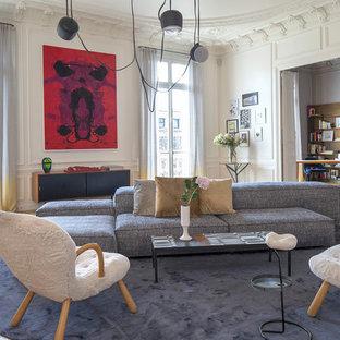 Inspiration pour un salon avec une bibliothèque ou un coin lecture traditionnel de taille moyenne et ouvert avec un mur blanc, un sol en bois clair, une cheminée standard et un sol marron.