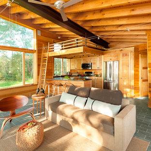 Kleines, Offenes Rustikales Wohnzimmer mit Kaminofen, grauem Boden und Schieferboden in Portland Maine