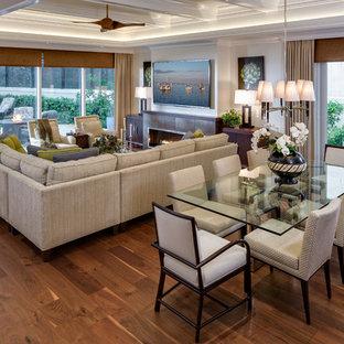 マイアミのトロピカルスタイルのおしゃれなリビング (壁掛け型テレビ、横長型暖炉、濃色無垢フローリング、タイルの暖炉まわり) の写真