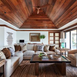 Foto di un soggiorno tropicale aperto e di medie dimensioni con sala formale, pareti bianche, pavimento in legno massello medio, nessun camino, nessuna TV e pavimento beige