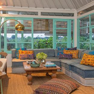 Immagine di un soggiorno tropicale aperto con sala formale, nessun camino e nessuna TV