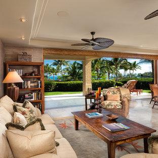 Imagen de salón abierto, tropical, con paredes marrones