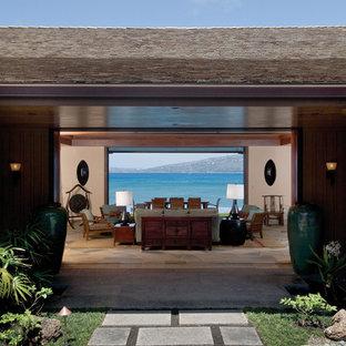 Ispirazione per un ampio soggiorno tropicale aperto