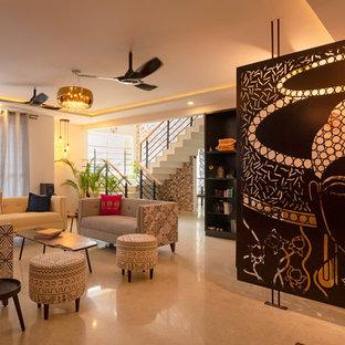 バンガロールの広いアジアンスタイルのおしゃれなリビングのホームバー (白い壁、大理石の床、テレビなし、白い床) の写真