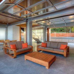 シアトルの小さいコンテンポラリースタイルのおしゃれなLDK (コンクリートの床、白い壁、埋込式メディアウォール、ベージュの床) の写真