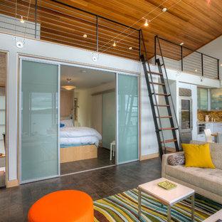 Diseño de salón abierto, costero, con paredes blancas