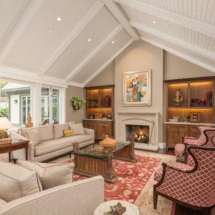 Idéer för ett klassiskt vardagsrum, med ett finrum, beige väggar, bambugolv, en standard öppen spis och en spiselkrans i sten