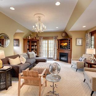 Inspiration för ett amerikanskt vardagsrum, med beige väggar, heltäckningsmatta, en öppen hörnspis och en fristående TV