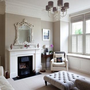 ロンドンのヴィクトリアン調のおしゃれな独立型リビング (フォーマル、グレーの壁、カーペット敷き、標準型暖炉、テレビなし) の写真