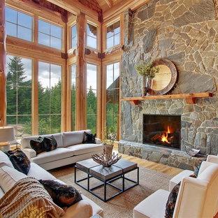 Inspiration för stora rustika allrum med öppen planlösning, med ett finrum, bruna väggar, ljust trägolv och en spiselkrans i sten