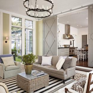 Idée de décoration pour un grand salon champêtre fermé avec une salle de réception, un mur vert et un sol en brique.