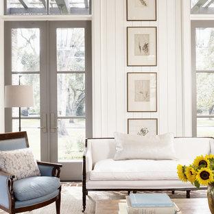 Repräsentatives, Großes Country Wohnzimmer mit weißer Wandfarbe, Backsteinboden und rotem Boden in Houston
