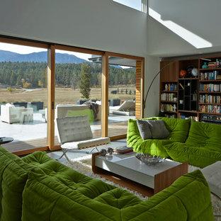 Idee per un soggiorno minimalista con pareti bianche, pavimento in gres porcellanato e nessuna TV
