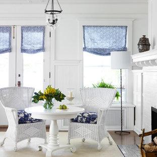 Esempio di un soggiorno stile marino con pareti bianche, camino classico e cornice del camino in mattoni