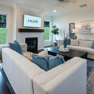 ルイビルの中くらいのトラディショナルスタイルのおしゃれなLDK (白い壁、無垢フローリング、標準型暖炉、塗装板張りの暖炉まわり、壁掛け型テレビ、茶色い床) の写真