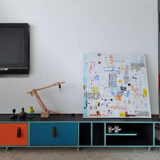 Esempio di un soggiorno moderno di medie dimensioni e aperto con pareti bianche, pavimento in marmo, TV a parete e pavimento multicolore