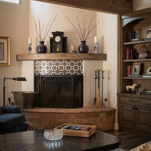 オレンジカウンティの中サイズの地中海スタイルのおしゃれなLDK (フォーマル、ベージュの壁、無垢フローリング、コーナー設置型暖炉、タイルの暖炉まわり、テレビなし) の写真