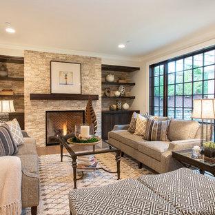 Idee per un soggiorno mediterraneo con pareti beige, pavimento in legno massello medio, camino classico e cornice del camino in pietra