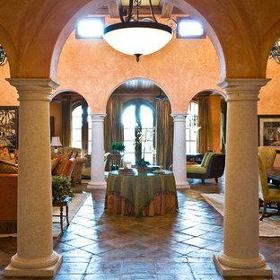 Inspiration för ett mycket stort medelhavsstil vardagsrum, med orange väggar