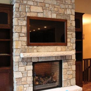 Foto de salón para visitas abierto, contemporáneo, grande, con paredes beige, suelo de madera en tonos medios, chimenea tradicional, marco de chimenea de piedra, televisor colgado en la pared y suelo marrón
