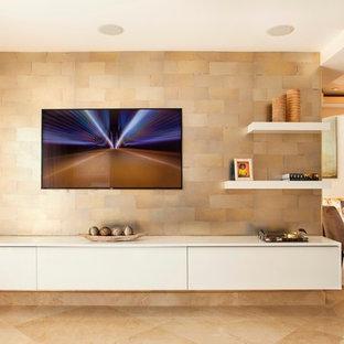 Foto di un grande soggiorno moderno aperto con sala formale, pareti beige, pavimento con piastrelle in ceramica e TV a parete