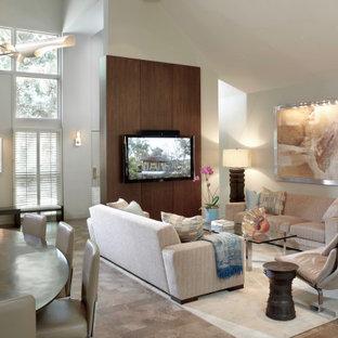 シカゴのコンテンポラリースタイルのおしゃれなLDK (白い壁、ライムストーンの床、壁掛け型テレビ、ベージュの床、三角天井、パネル壁) の写真