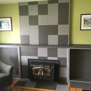 Ispirazione per un piccolo soggiorno bohémian chiuso con sala della musica, pareti verdi, pavimento in legno massello medio, stufa a legna, nessuna TV e pavimento marrone