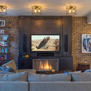 Imagen de salón para visitas cerrado, urbano, de tamaño medio, sin chimenea, con paredes beige, suelo de madera oscura, televisor colgado en la pared y marco de chimenea de metal