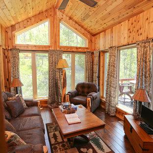 Esempio di un soggiorno rustico di medie dimensioni e chiuso con pareti grigie, parquet scuro, nessun camino, TV autoportante e pavimento marrone